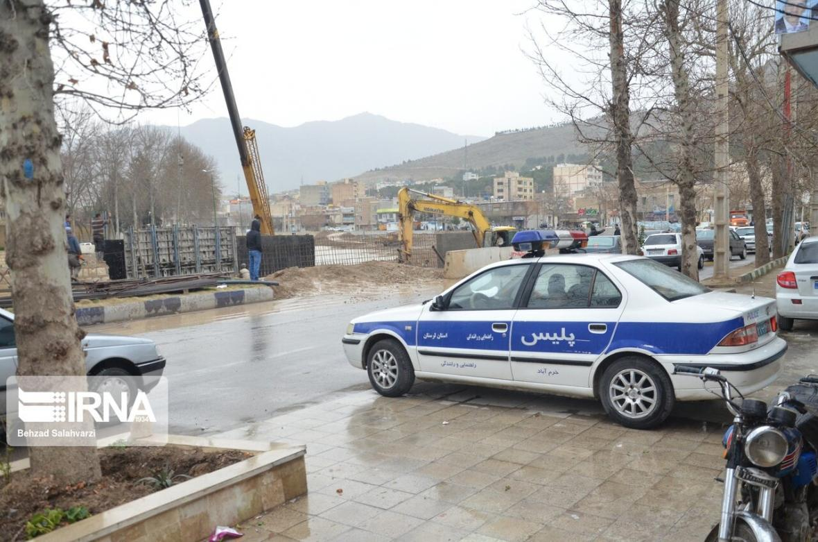خبرنگاران رانندگان از تردد در خیابان ساحلی خرم آباد خودداری کنند