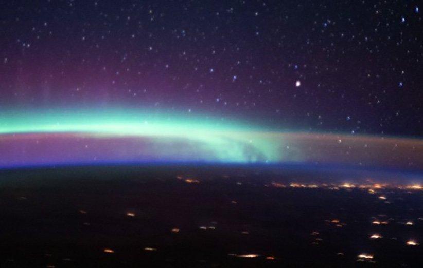 عکسی از نگاه ایستگاه فضایی که چند پدیده زیبای جوی را نشان می دهد