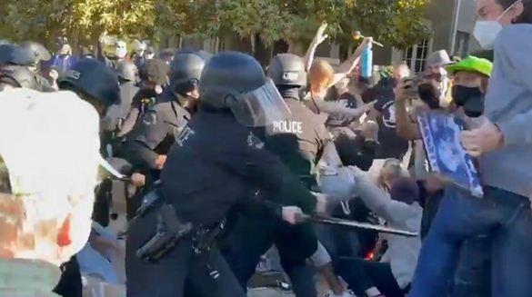 حمله پلیس لس&zwnjآنجلس با باتوم به معترضان